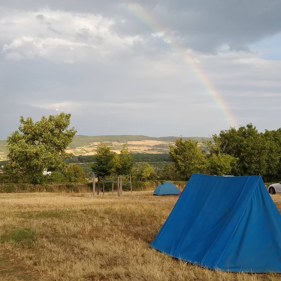 Regenboog bij blauw Taizétentje